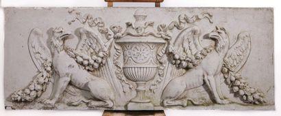 Bas-relief en plâtre à décor d'un pot couvert...