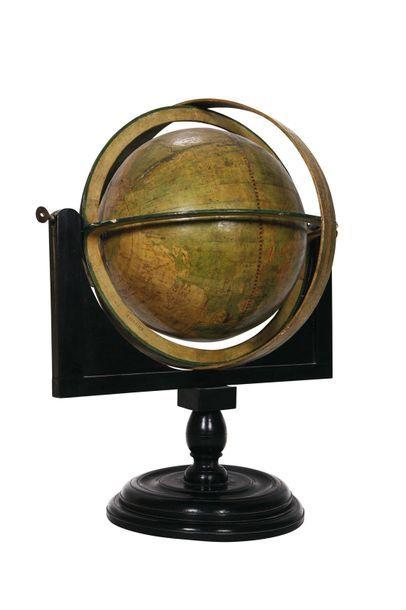 Un planétaire de type copernicien façon école de Flammarion en carton et métal,...