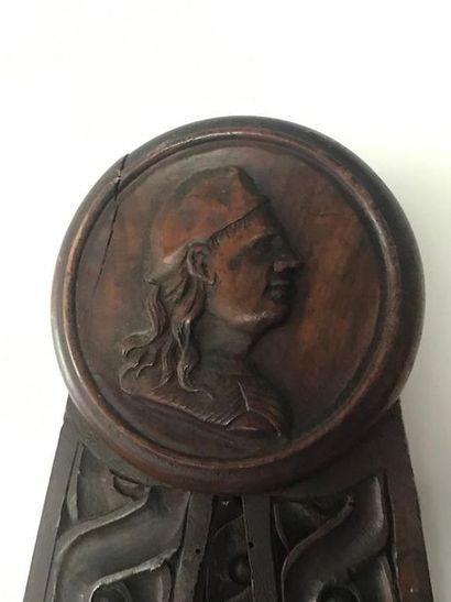 Chevalet pour tableau à décor d'une tête de profil, d'entrelacs, pieds griffes Circa...