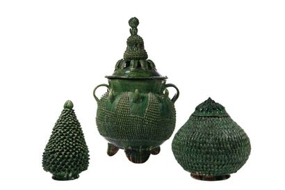 Ensemble de trois poteries en terre vernissée...
