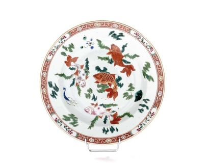 CHINE Assiette en porcelaine à décor polychrome...