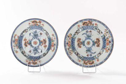 CHINE Deux assiettes en porcelaine à décor...