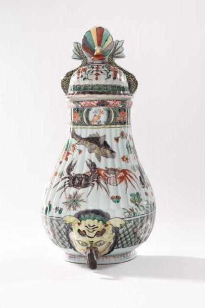 CHINE Fontaine d'applique couverte en porcelaine...