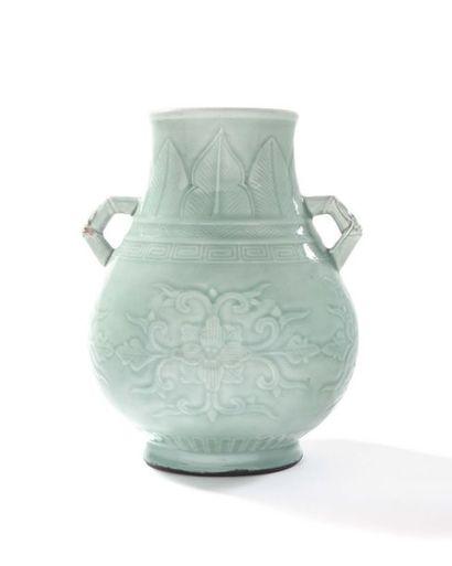 CHINE Vase formant fontaine en porcelaine céladon, muni de deux anses en forme de...