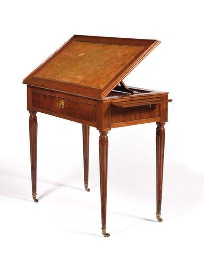 Table formant pupitre de forme rectangulaire,...