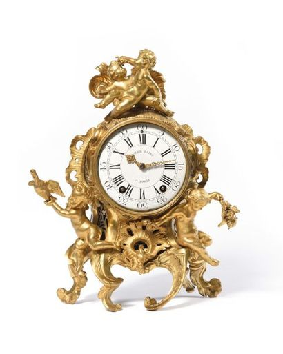 Pendule en bronze doré, ornée de trois putti...