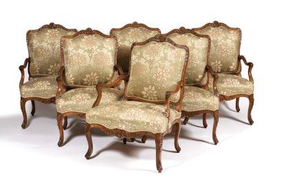 Suite de six larges fauteuils à dossier plat...