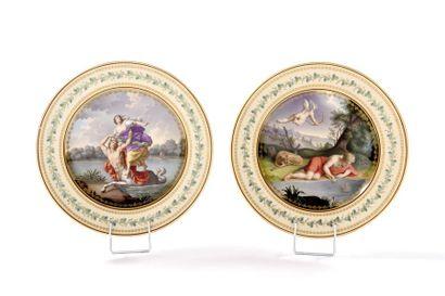 VIENNE Deux assiettes en porcelaine à décor...