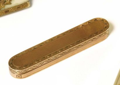 Thin box with oblong teeth pick, vest. In chased gold, guilloché and grooved. Edged...