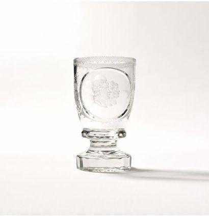 Grand verre en cristal taillé sur pied, orné...