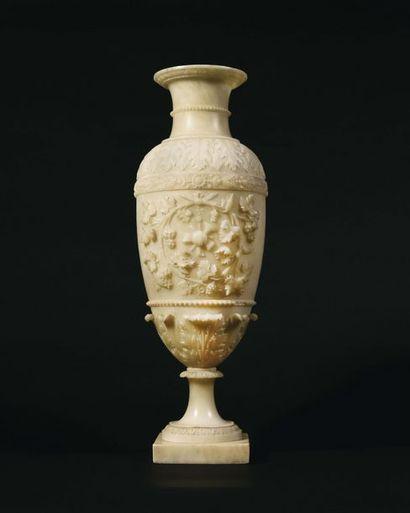 Grand vase de forme ovoïde en albâtre sculptée...