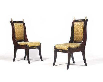 Paire de chaises à dossier renversé en acajou...