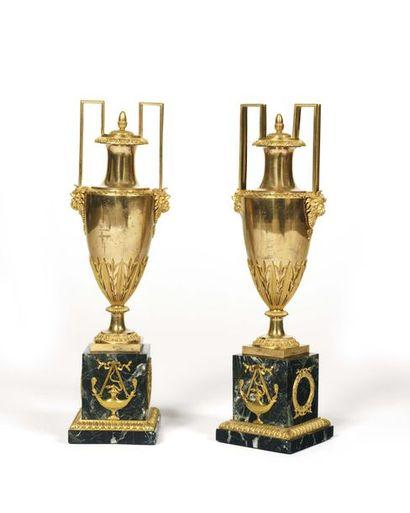 Paire de vases couverts en bronze doré ciselé...