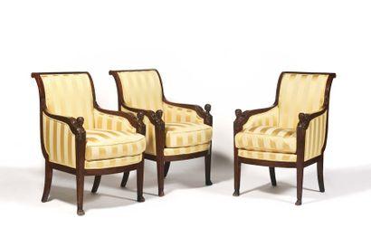 Mobilier de salon comprenant une suite de trois bergères et deux fauteuils, à dossier...
