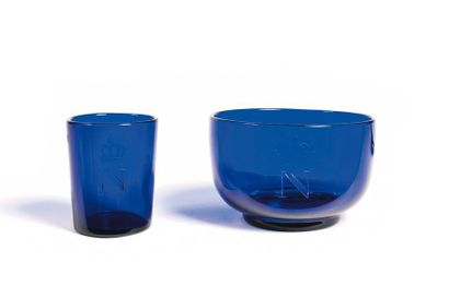 Petit verre et bol en verre teinté bleu,...