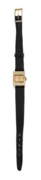 SPIR around 1950 Lady's watch in 18k pink gold, rectangular guilloché case. Champagne...