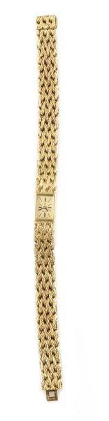 OMEGA, vers 1960 Elégante montre de dame en or jaune 18k, boitier rectangulaire,...