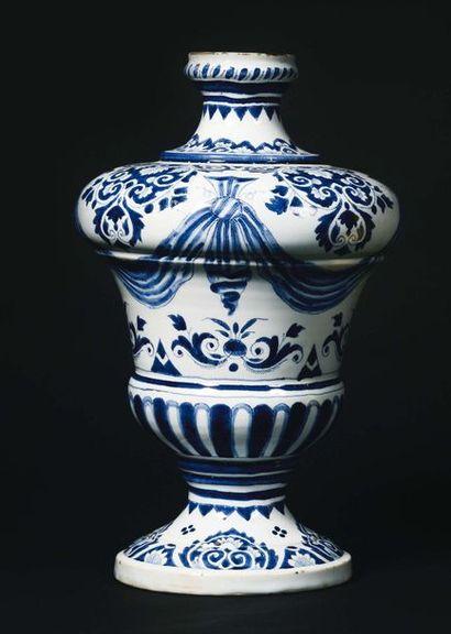 LILLE Vase de forme balustre en faïence à...