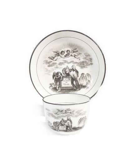 ANGLETERRE Tasse et sa soucoupe en porcelaine...