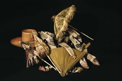 LOT COMPRENANT : - Trois ombrelles, à manches pliantes en os sculptés. - Corset....