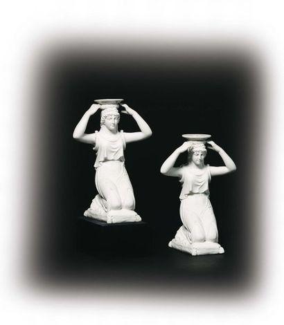 PARIS Paire de statuettes formant bougeoirs...