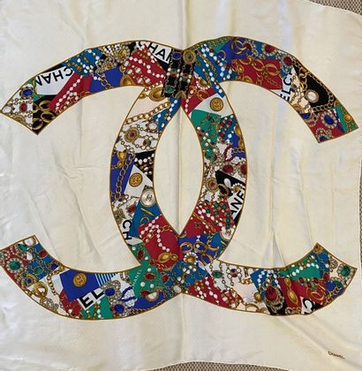 CHANEL Carré en soie sigle Chanel sur fond...