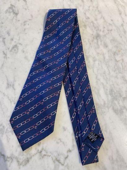 CHANEL Cravate en soie fond bleu à motif...