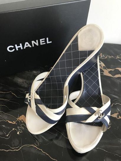 CHANEL Paire de chaussures à talon compensé...