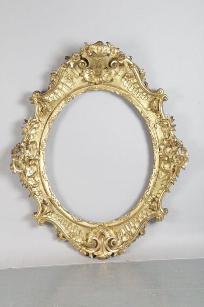 Cadre ovale en bois doré sculpté et doré...