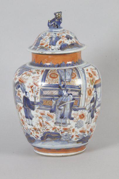 CHINE, IMARI, début XIXe siècle POTICHE COUVERTE en porcelaine à décor de dignitaire...