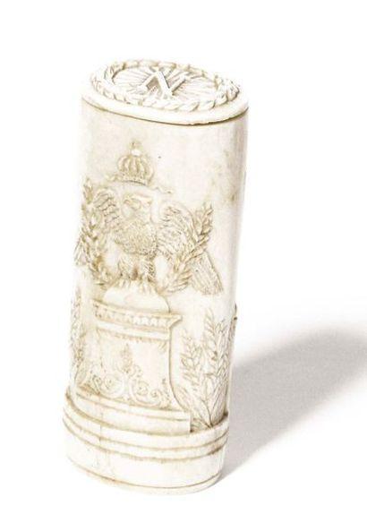 Etui en ivoire sculpté à l'image de l'Empereur...