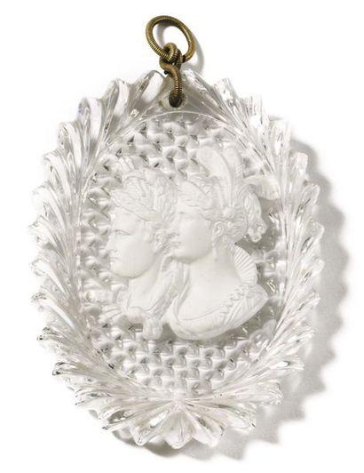 Médaille ovale à suspendre en cristal taillé,...