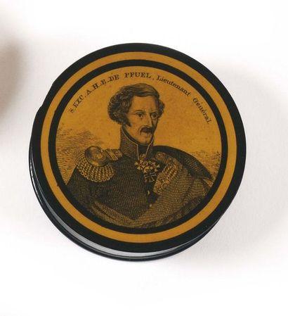 Trois boites rondes : a- « Napoléon Bonaparte,...