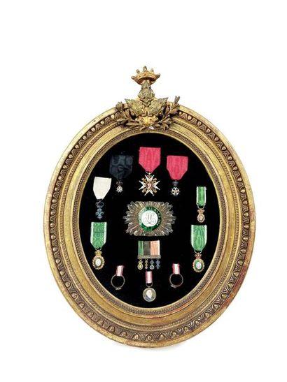 Exceptionnel cadre de souvenirs et d'ordres de chevalerie de la famille de Canolle,...
