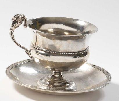 Tasse et sous tasse en argent uni soulignées de moulures de perles et feuilles d'eau....