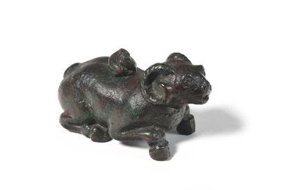 Chine Rare objet de lettré zoomorphe en bronze à patine brune avec traces de rouge...