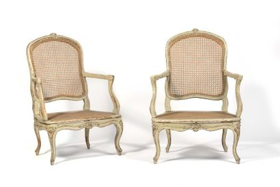 Paire de fauteuils cannés à assise basse...
