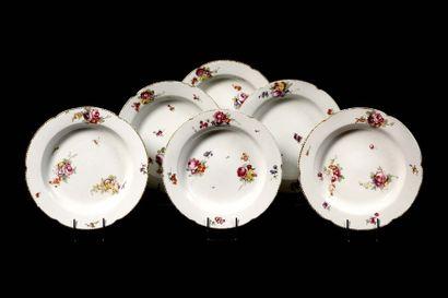PARIS Six assiettes à potage en porcelaine...