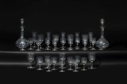Partie de service en verre gravé, comprenant sept verres à eau, onze verres à vin...