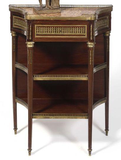 Petite table en console à côtés échancrés en acajou, ouvrant à un tiroir et reposant...