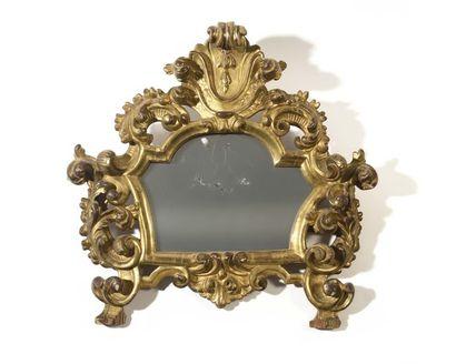 Miroir en bois redoré à décor ajouré de feuillages...