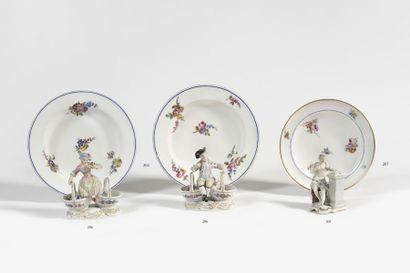 Vincennes Petite jatte circulaire en porcelaine tendre à décor polychrome de bouquets...