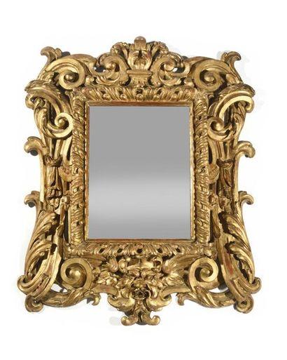 Beau miroir en bois doré de forme rectangulaire...