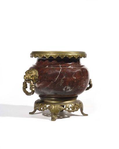 Vase en marbre rouge Griotte, la monture...