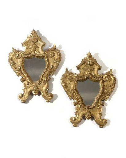 Paire de miroirs en bois doré de forme contournée...