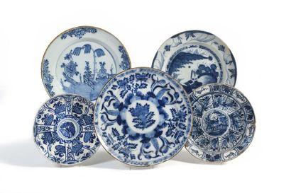 Delft Quatre plats ronds et une assiette...
