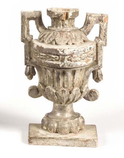 Vase en bois argenté et sculpté de forme...