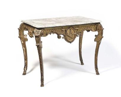Table console en bois doré, de forme très...
