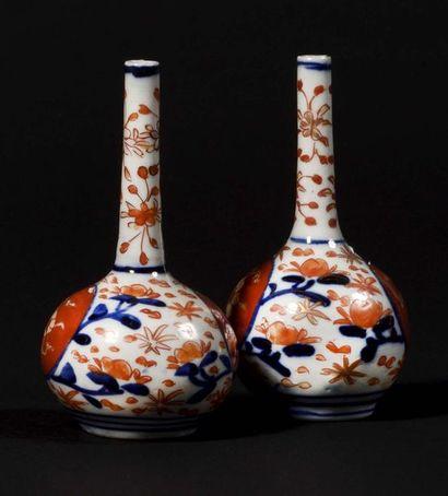JAPON Paire de petits vases à longs cols...