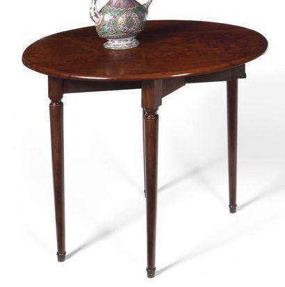 Petite table ovale en acajou moucheté, le...
